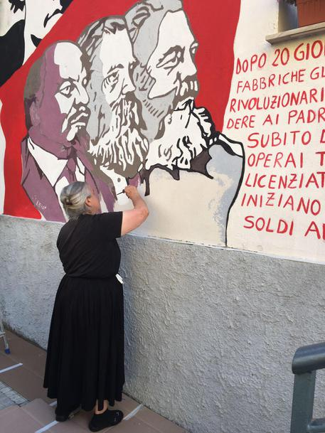 Murales Orgosolo Storia.Anziana Restaura Murale A Orgosolo Sardegna Ansa It