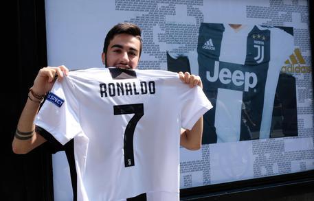 CR7 mania a Milano, venduta una maglia al minuto  D16a2ea1289fbf667b6ab5bca97c45a2