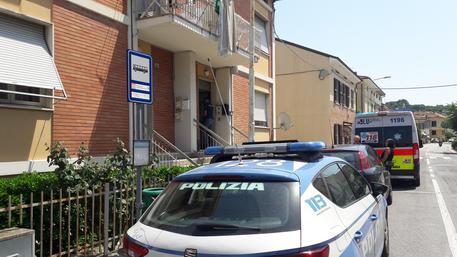 Inquirenti sul luogo in cui Sabrina Malipiero è stata trovata cadavere in una pozza di sangue nel suo appartamento a Pesaro © ANSA