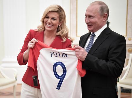 Presidente Croazia Regala A Putin Maglia Divisa Nazionale N  Con Il Nome Scritto Sopra