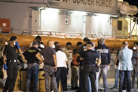 """Migranti: tutti sbarcati dalle due navi a Pozzallo. """"Oggi per la prima volta sbarcati in Europa"""""""