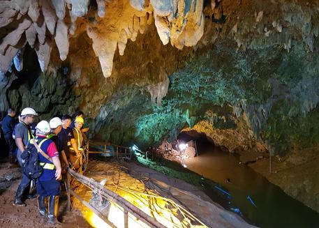 In salvo i primi sei ragazzi intrappolati nella grotta in Thailandia