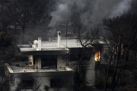 Atene, si temono più di 100 morti negli incendi