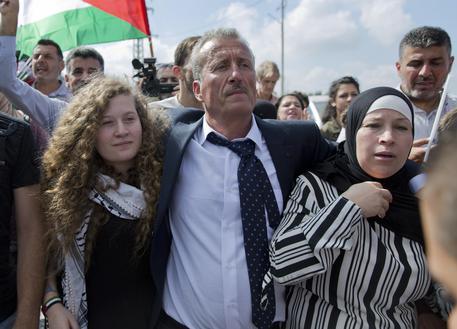 Rilasciata Ahed Tamimi, l'adolescente palestinese filmata mentre picchiava un soldato israeliano