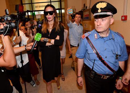 Belen e Nina Moric si baciano in tribunale, al processo per diffamazione