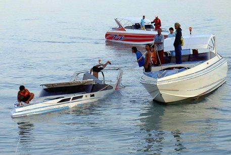 Thailandia, barca di turisti affonda a Phuket: ci sono almeno 40 morti