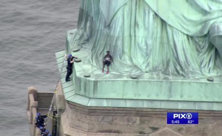 New York, donna scala per protesta la Statua della Libertà: arrestata