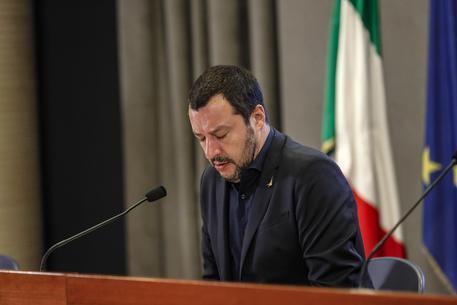 Barcone con 450 migranti verso l'Italia, Salvini: