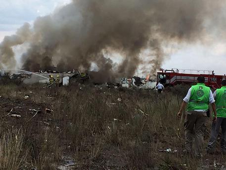 Un aereo precipita in Messico, decine di feriti