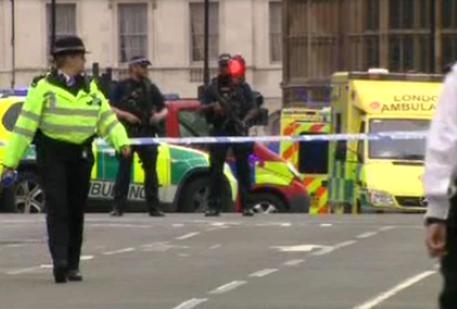 Auto si schianta contro il Parlamento a Londra: il momento dell'impatto