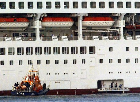 Cade da nave da crociera della Norwegian Star: salvata dopo 10 ore