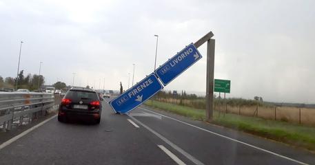 Il maltempo sferza l'Italia, a Pisa cartello stradale piomba fra le auto