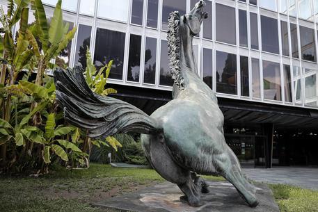 La sede Rai di viale Mazzini con il Cavallo Morente di Francesco Messina