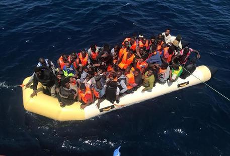 Migranti sub-sahariani su un gommone in un'immagine di archivio © ANSA