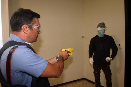 Al via a Firenze il corso per la sperimentazione della pistola taser da parte dei Carabinieri del nucleo radiomobile ANSA  CLAUDIO GIOVANNINI