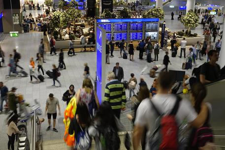 Sono in aeroporto a Francoforte: ci stanno facendo evacuare, siamo in migliaia