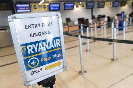 Un cartello indica il check in di Ryanair