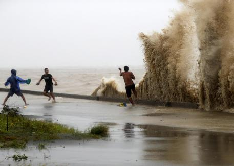 Filippine piegate dal tifone: 65 morti