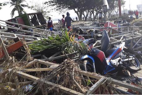 Sisma e tsunami in Indonesia, almeno 384 morti dimensione font +