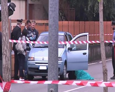 Inquirenti nei pressi dell'auto dove un uomo ha ucciso la convivente © ANSA