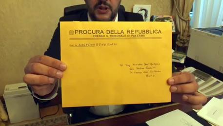 Diciotti, Salvini indagato per sequestro di persona aggravato. Ira del ministro, attacca i pm. Stop di Bonafede