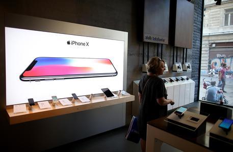E' il giorno di Apple, cala il tris di iPhone - Hi-tech
