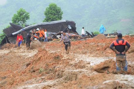 Le piogge torrenziali provocano una frana: almeno 9 morti a Giava