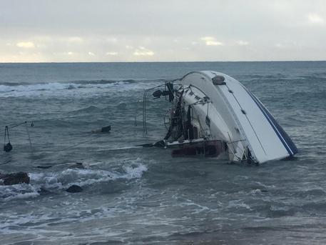 Migranti in 51 su barca incagliata salvati da cittadini