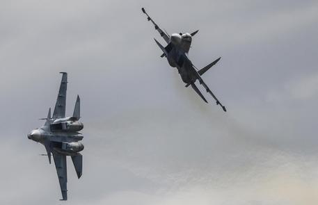 Scontro tra due caccia nei cieli della Russia: salvi i piloti