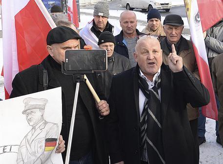 L'estrema destra si raduna fuori da Auschwitz