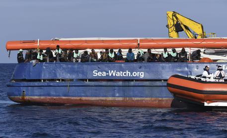 Migranti a bordo della Sea Watch. Foto ANSA/AP Photo/Salvatore Cavalli © AP