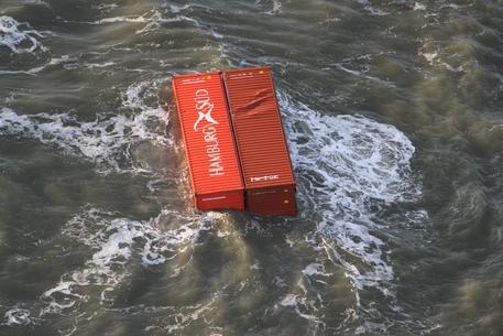 Nave perde carico, spiaggia invasa da tv e mobili Ikea