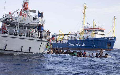 SeaWatch: migrante si getta in mare, recuperato con ciambella di salvaggio
