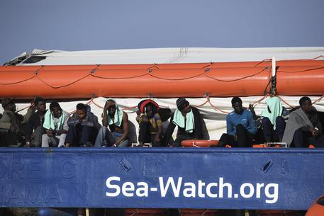 Sea Watch, applausi e abbracci tra i migranti