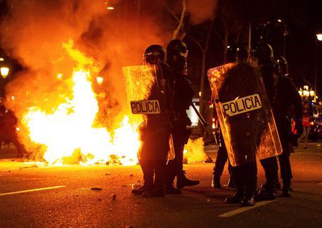 Battaglia nella notte a Barcellona: scontri e trenta arresti