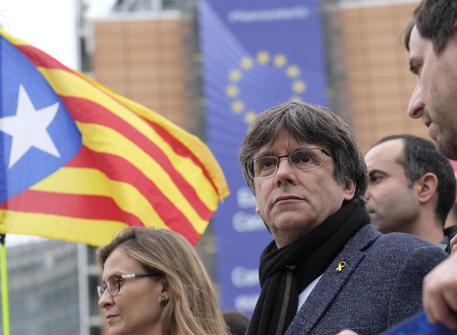 Barcellona paralizzata dagli indipendentisti. In Belgio Puigdemont si consegna alla polizia