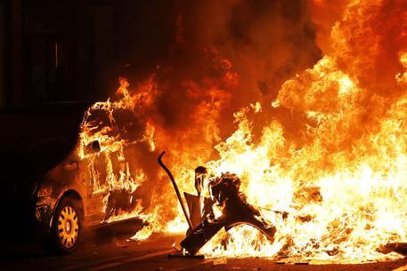 Catalogna, scontri e disordini: blocco alla frontiera con la Francia. Salta Real-Barcellona