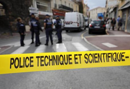 Francia, sfondano la porta con un'auto-ariete e depredano una cattedrale patrimonio Unesco