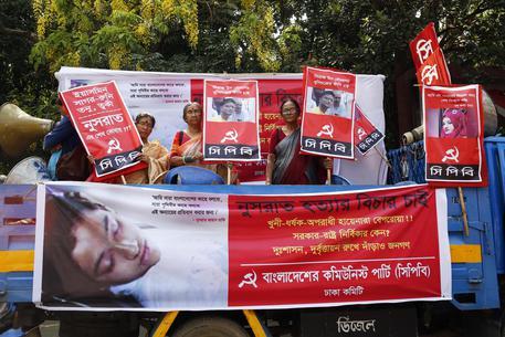 Bangladesh: 19enne bruciata viva condannate a morte 16 persone
