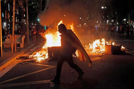 Barcellona, gli indipendentisti tornano in strada: scontri con la polizia