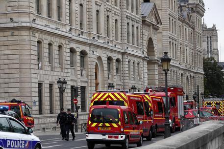 Parigi, strage in prefettura: l'assalitore sarebbe un funzionario