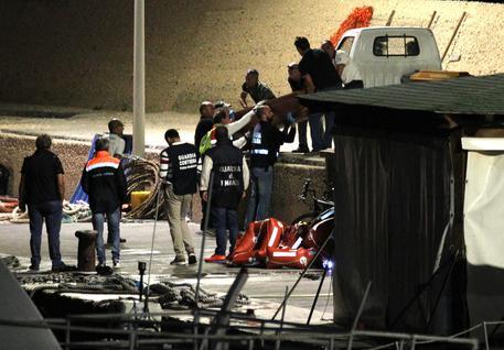 Migranti, naufragio nella notte a Lampedusa: due morti e decine di dispersi