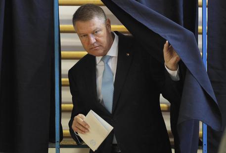 Romania, aperti i seggi elettorali: favorito Iohannis