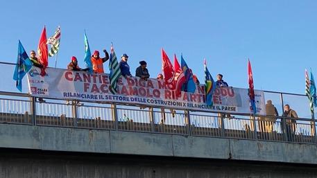 Edilizia: protesta su cavalcavia 195