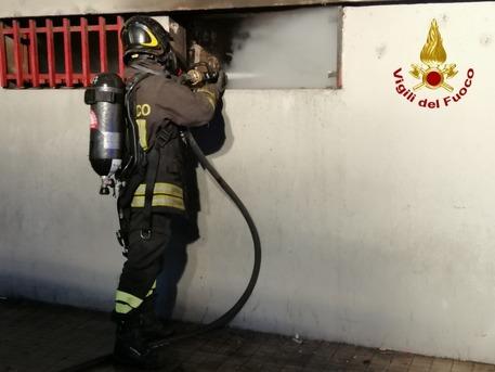 Vigili fuoco: incendio in cantine palazzo a Cagliari © ANSA