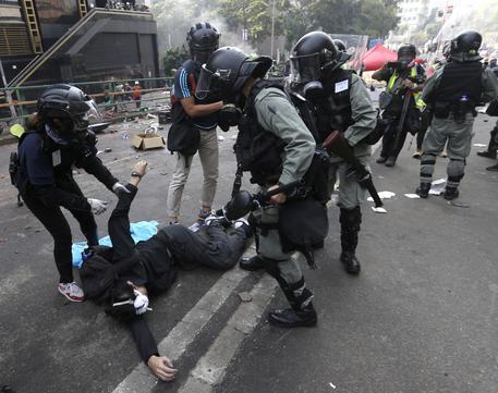 Polizia reprime la protesta ad Hong Kong © AP