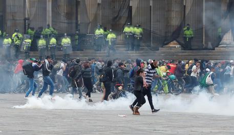 Anche la Colombia si infiamma, coprifuoco a Bogotà - Cronaca