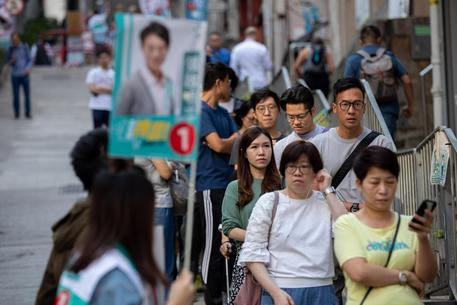 Hong Kong, vincono i democratici: ko il candidato pro Pechino
