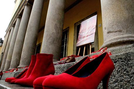 In occasione della giornata mondiale contro la violenza sulle donne, il teatro Regio di Parma ha  posizionato sugli scalini dell'ingresso alcune scarpe rosse © ANSA