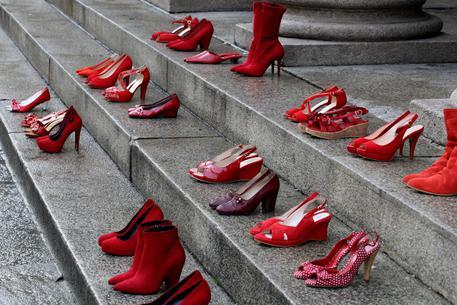 Le scarpe rosse come simbolo della battaglia contro la violenza sulle donne © ANSA